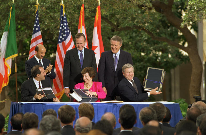 10/7/1992-San Antonio, TX- The North American Free Trade Agreement was initialed in San Antonio 10/7, with President Bush (C) Mexican President Carlos Salinas de Gortari (L) and Canadian Prime Minister Brian Mulroney (R) in attendance. Chief trade representatives Julie Puche (L) of Mexico; Carla Hills (C) of USA; and Michael Wilson (R) of Canada hold treaties that are still to be ratified by each countries legislature.