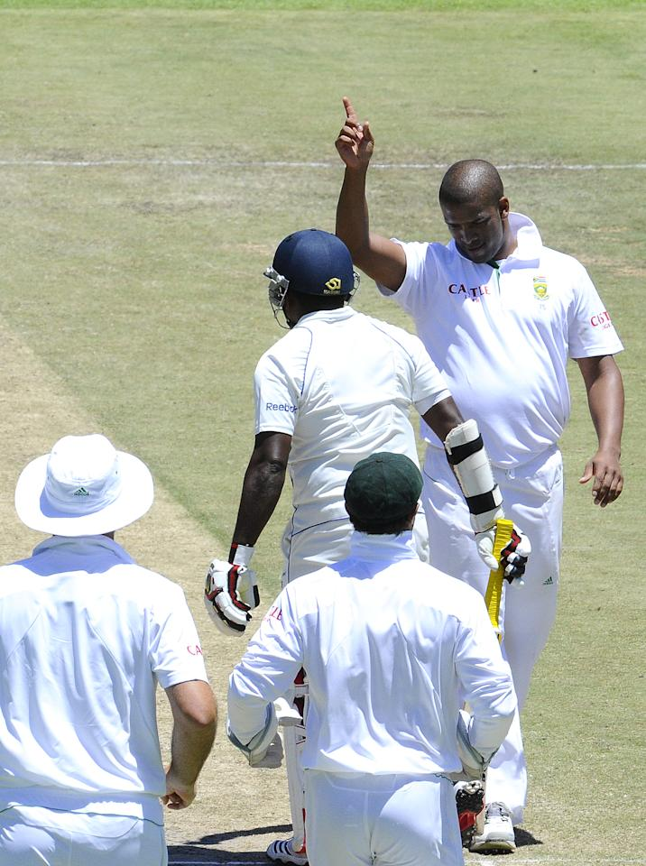 South Africa's bowler Vernon Philander (R) gestures to celebrate the dismissal of Sri Lanka's batsman Rangana Herath (C) on January 5, 2012 during the third day of the third cricket Test match between South Africa and Sri Lanka at the Sahara Park Newlands Stadium in Cape Town. AFP PHOTO / STEPHANE DE SAKUTIN (Photo credit should read STEPHANE DE SAKUTIN/AFP/Getty Images)