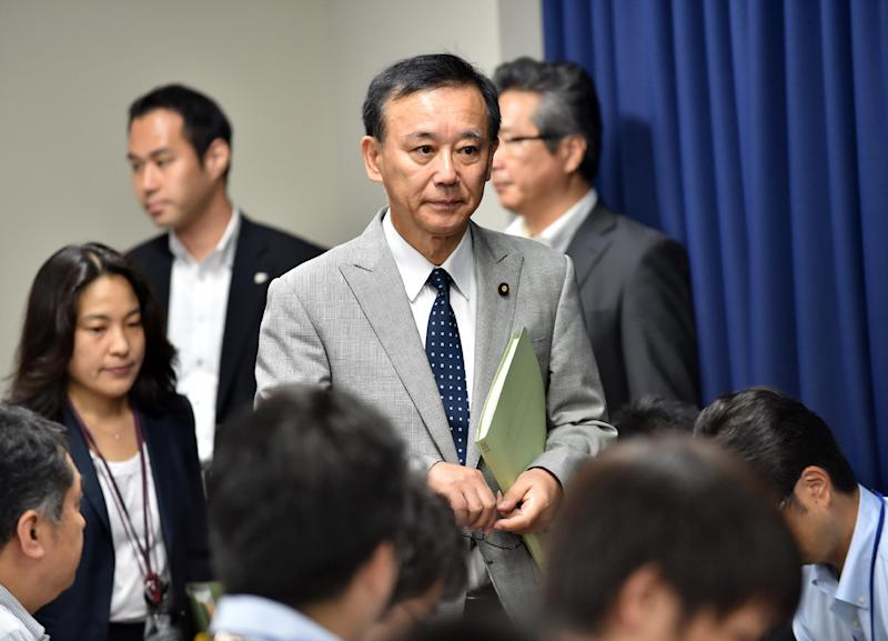 Japanese Justice Minister Sadakazu Tanigaki arrives for a press conference in Tokyo to announce the execution of a mobster and a killer arsonist, August 29, 2014 (AFP Photo/Yoshikau Tsuno)