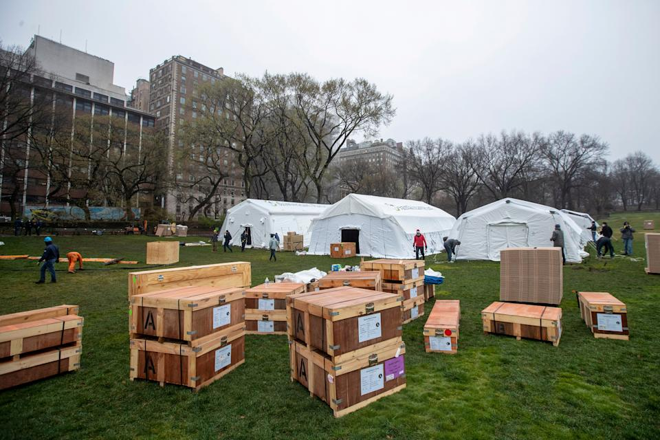 <strong>A Samaritan's Purse crew works on building an emergency field hospital equipped with a respiratory unit in New York's Central Park across from the Mount Sinai Hospital on Sunday.</strong> (Photo: ASSOCIATED PRESS)