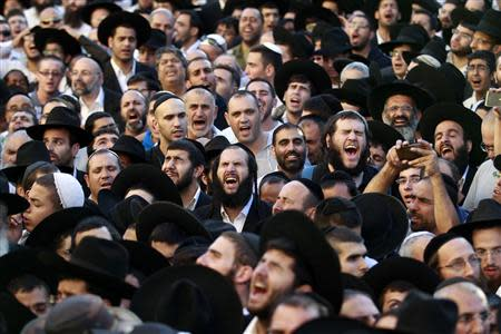 Ultra-Orthodox Jewish men mourn during the funeral of Rabbi Ovadia Yosef, the spiritual leader of the ultra-religious Shas political party, in Jerusalem October 7, 2013. REUTERS/Baz Ratner