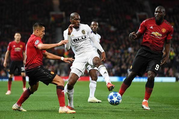Geoffrey Kondogbia battles with Man United's players (Getty)