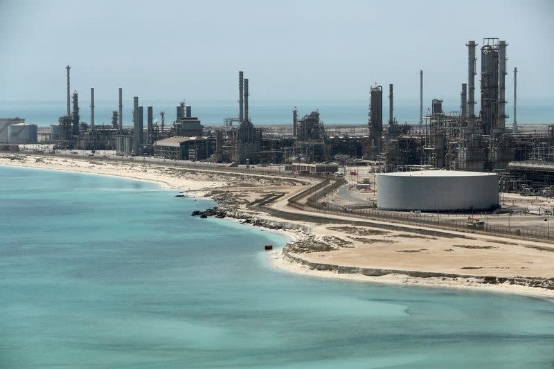 Asian refiners call on Saudi to cut oil prices further in May