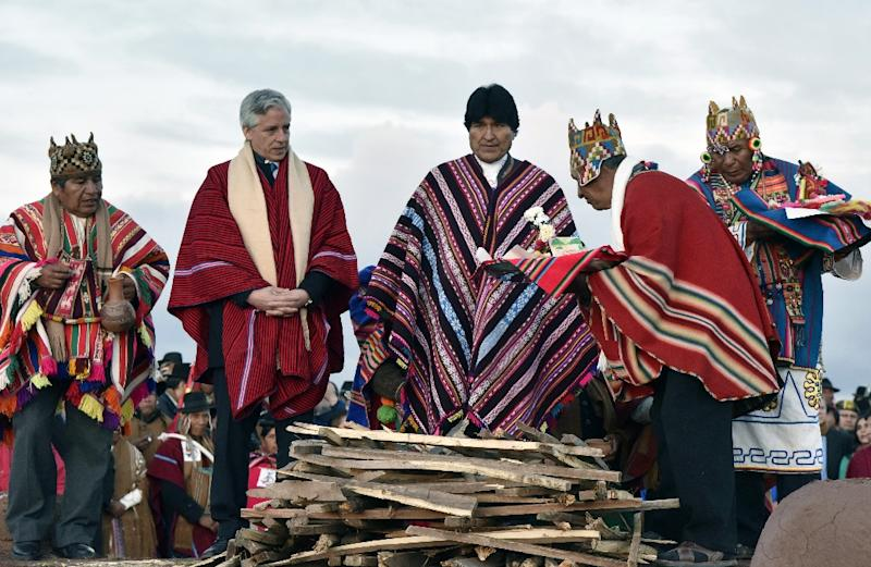 Bolivian President Evo Morales (C) and his Vice President Alvaro Garcia Linera (2-L) attend an indigenous ceremony celebrating his nine years, eight months and 27 days in power on October 21, 2015 in the ruins of Tiwanaku, 70km from La Paz