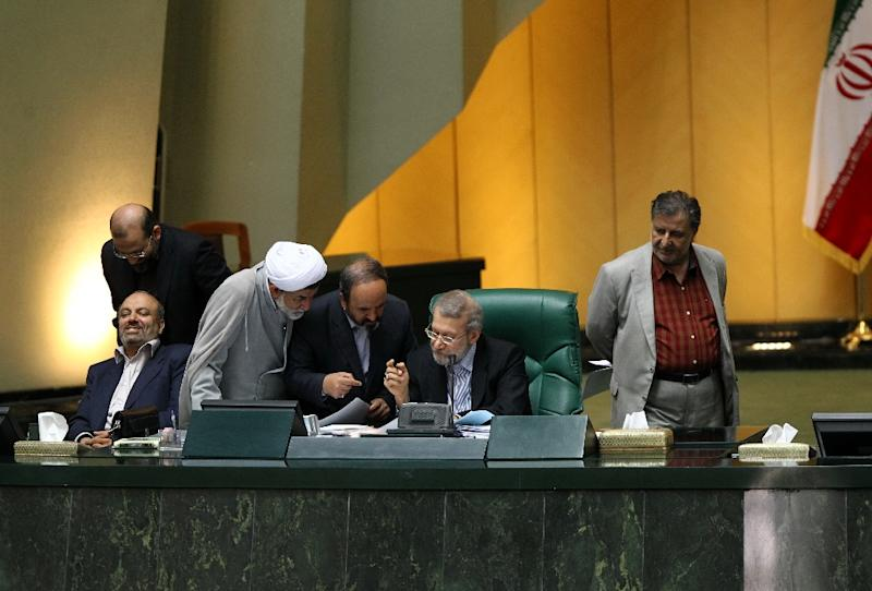 Iran's parliament speaker, Ali Larijani (2nd-R) speaks with members of parliament during a session in Tehran on June 21, 2015 (AFP Photo/Sina Shiri)
