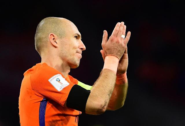 Netherlands' forward Arjen Robben acknowledges the fans following their FIFA World Cup 2018 football, Group A, qualification match against Sweden at the Amsterdam Arena in Amsterdam on October 10, 2017 (AFP Photo/EMMANUEL DUNAND)