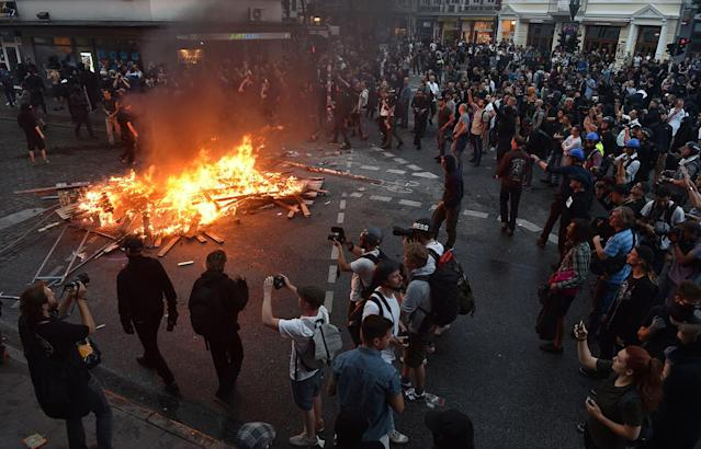 <p>Protesters have set barricades alight on July 7, 2017 in Hamburg, northern Germany, where leaders of the world's top economies gather for a G20 summit. (Photo: Christof Stache/AFP/Getty Images) </p>