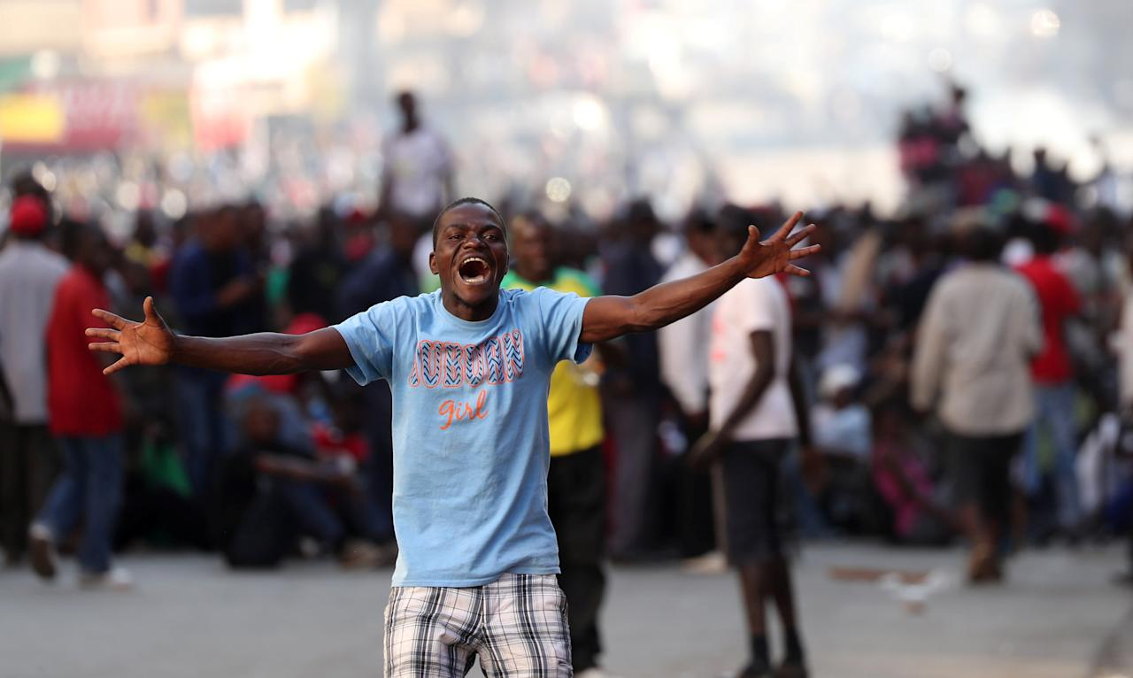 <p>Supporters of the opposition Movement for Democratic Change react as soldiers prepare to disperse crowds outside the party's headquarters in Harare, Zimbabwe, August 1, 2018. (Photo: Mike Hutchings/Reuters) </p>