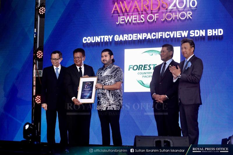 Tunku Ismail presenting one of the special mention awards to the Forest City developers, Country Garden Pacific View Sdn Bhd, during the 'StarProperty.my Awards 2018: Jewels of Johor' event.