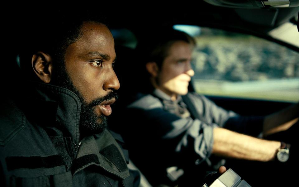Der Protagonist (John David Washington, links) und Neil (Robert Pattinson) planen ein waghalsiges Manöver. (Bild: Warner Bros.)