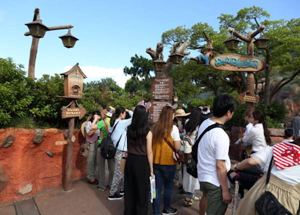 "The ""standby"" queue is in the left and the Fastpass entrance is on the right."