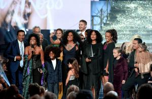 Rhonda Ross Kendrick presents her mother Diana Ross with the AMA Lifetime Achievement Award