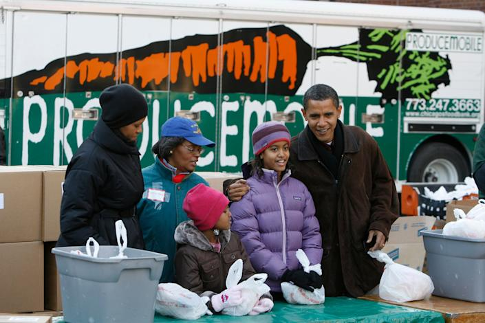 As president-elect in 2008, Obama and his family gave away care packages at a food bank in Chicago. (Photo: John Gress via Getty Images)