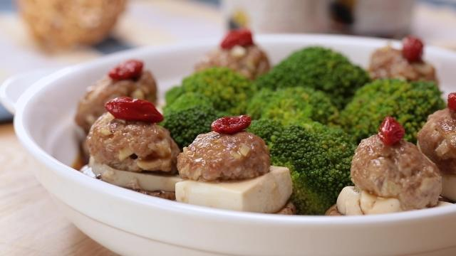 Stuffed mushrooms with tofu and minced pork with broccoli and wolfberries