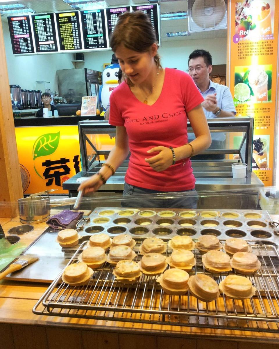 Michelle pictured making red bean cakes. (Photo courtesy of Facebook/陳雪兒)