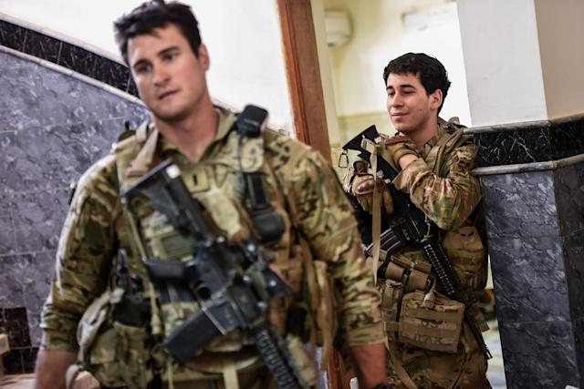 <p>U.S. soldiers advising Iraqi forces are seen in the city of Mosul on June 21, 2017, during the ongoing offensive by Iraqi troops to retake the last district still held by the Islamic State (IS) group. (Photo: Mohamed el-Shahed/AFP/Getty Images) </p>