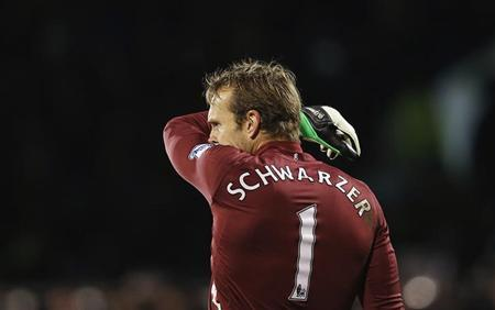 Mark Schwarzer reacts after a third goal was scored against Fulham during their English Premier League soccer match against the Tottenham Hotspur at Craven Cottage in London December 1, 2012. REUTERS/Suzanne Plunkett