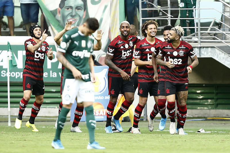 SAO PAULO, BRAZIL - DECEMBER 01: Gabriel Barbosa of Flamengo celebrates his goal with teammates during a match between Palmeiras and Flamengo part of Brasileirao Series A 2019 at Allianz Parque on December 1, 2019 in Sao Paulo, Brazil. (Photo by Wagner Meier/Getty Images)