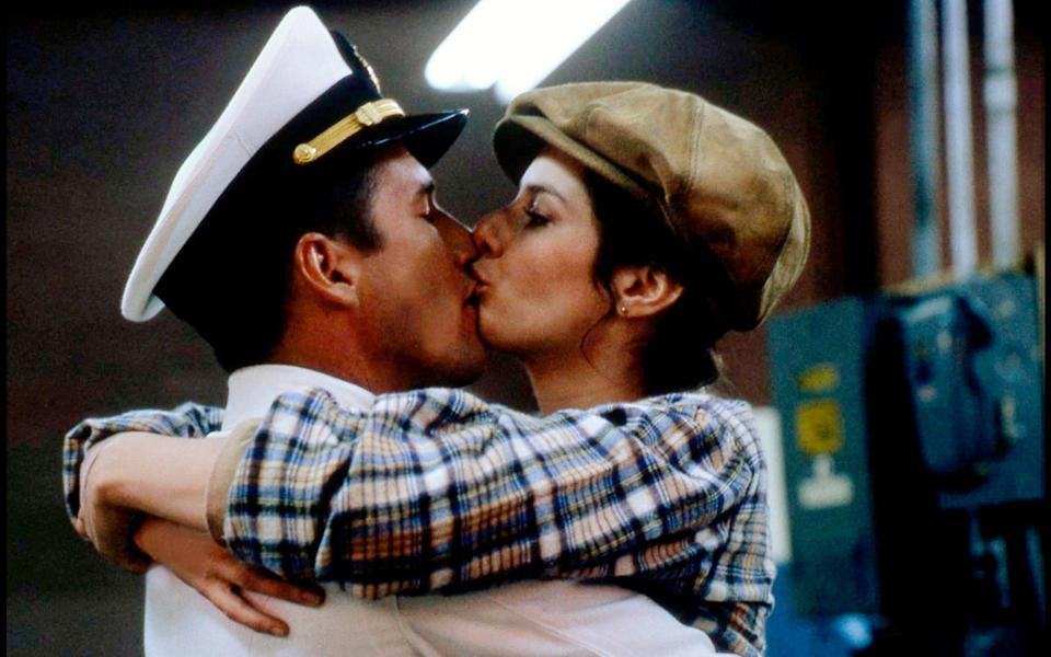 Richard Gere and Debra Winger in the 1982 film An Officer and a Gentleman - Alamy