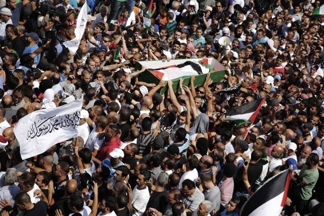 Palestinians carry the body of 16-year-old Mohammed Abu Khudair during his funeral in Shuafat, an Arab suburb of Jerusalem July 4, 2014. Palestinians infuriated at the kidnap and killing of Abu Khudair they blame on far-right Jews, clashed with Israeli police in Jerusalem on Friday, while cross-border shelling in the Gaza Strip abated under Egyptian mediation. REUTERS/Finbarr O'Reilly (JERUSALEM - Tags: POLITICS CIVIL UNREST TPX IMAGES OF THE DAY)