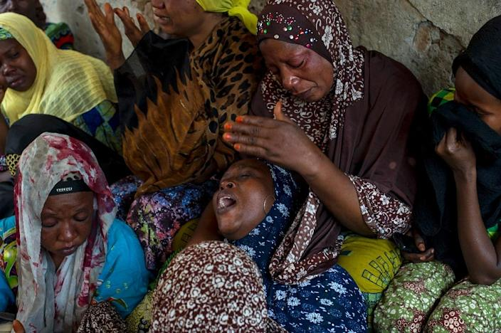The mother (C) of Idris Mavukiro, an opposition supporter who was killed early on July 23, 2015 during an alleged robbery, mourns the death of her son in Bujumbura on July 23, 2015 (AFP Photo/Phil Moore)