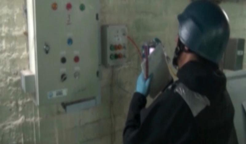 An inspector from the Organisation for the Prohibition of Chemical Weapons (OPCW) at work at an undisclosed location in Syria on October 8, 2013 (AFP Photo/)