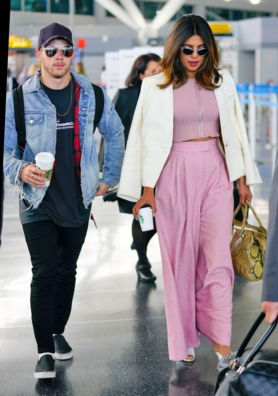 <p>After rumours begin to swirl that Nick and Priyanka are together, the couple are spotted at a New York City airport.</p>