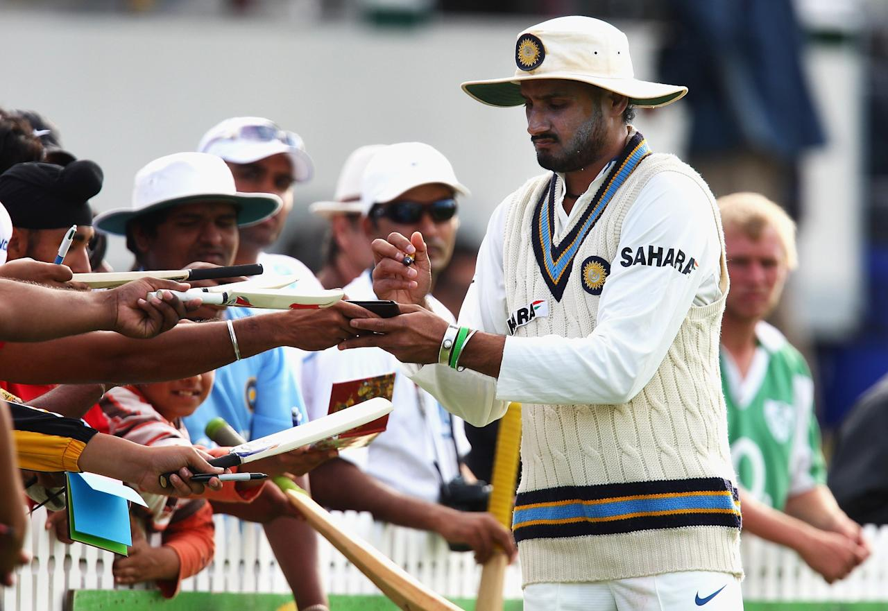 HAMILTON, NEW ZEALAND - MARCH 20:  Harbhajan Singh of India signs autographs for fans during day three of the First Test match between New Zealand and India at Seddon Park on March 20, 2009 in Hamilton, New Zealand.  (Photo by Sandra Mu/Getty Images)
