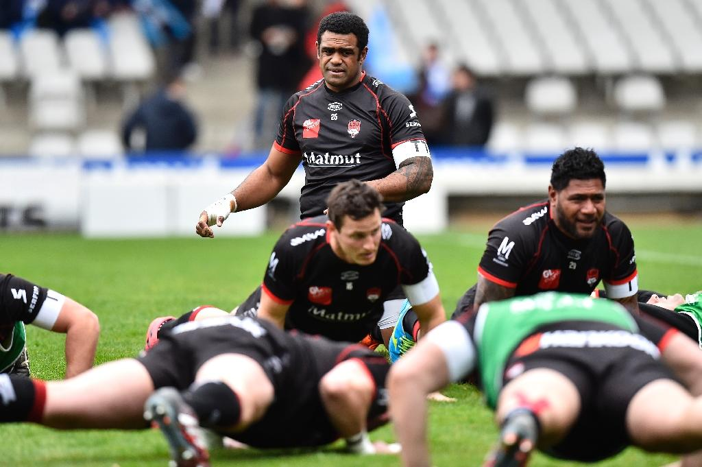 Lyon's Fiji winger Napolioni Nalaga (rear C) warms up with teammates prior to the French Top 14 rugby union match between Lyon (LOU) and Montpellier (MHR) on March 5, 2017, at the Gerland stadium, in Lyon, central eastern France (AFP Photo/ROMAIN LAFABREGUE)