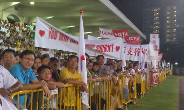 Residents from Buona Vista, where PAP East Coast GRC team leader Lim Swee Say served in previously, threw their weight behind him with their presence, complete with banners and flags. (Yahoo! photo / Jeanette Tan)