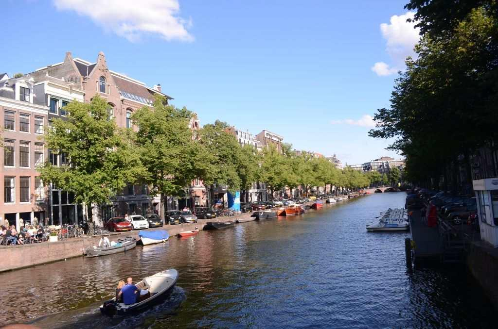 The canals were probably built when the city was being planned around the 16th to 17th centuries Flowing for over a hundred kilometres along the length and breadth of Amsterdam, they connect the city by over 1,500 bridges and 90 islands.