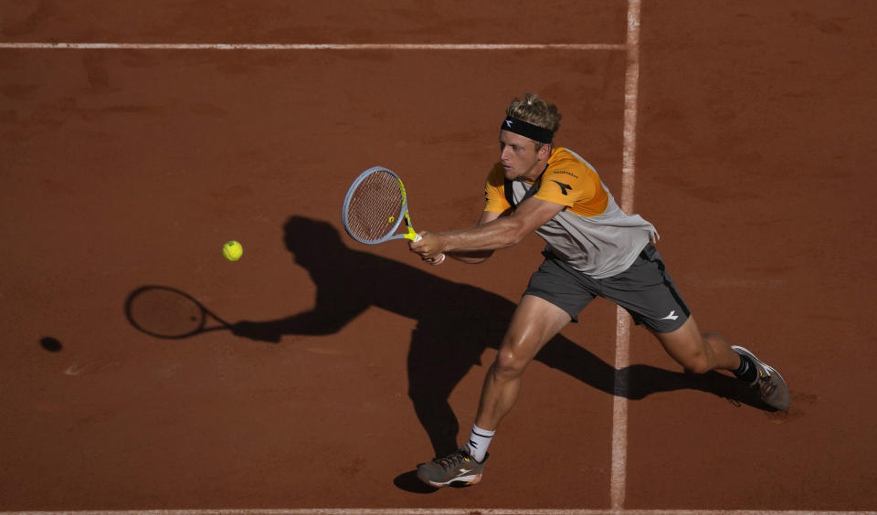 Spain's Alejandro Davidovich Fokina plays a return to Argentina's Federico Delbonis during their fourth round match on day 8, of the French Open tennis tournament at Roland Garros in Paris, France, Sunday, June 6, 2021. (AP Photo/Christophe Ena)