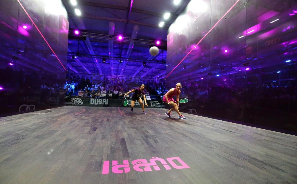 Laura Massaro (R) of Great Britian plays a forehand to Raneem el-Welily of Egypt in the final match of the Dubai PSA World Series Finals squash tournament on May 28, 2016 (AFP Photo/Marwan Naamani)