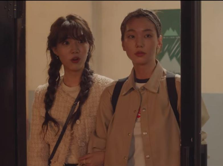 Seo Ji Wan (Yoon Seo A, left) and Yoon Sol (Lee Ho Jung) have cute crushes on each in a lesbian side-story in Nevertheless.