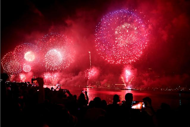 <p>People watch Fourth of July fireworks from Gantry Plaza State Park in Queens, N.Y., on July 4, 2018. (Photo: Mohammed Elshamy/Anadolu Agency/Getty Images) </p>
