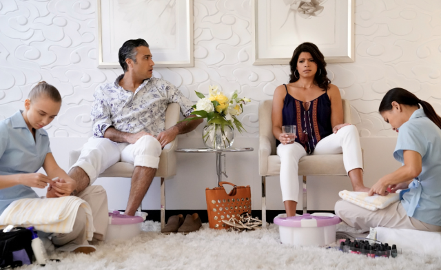 Jaime Camil as Rogelio and Andrea Navedo as Xo. (Photo: Michael Desmond/The CW)