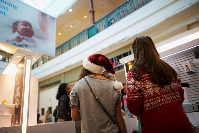 Facing shorter holiday season, U.S. retailers rev up faster delivery, early deals