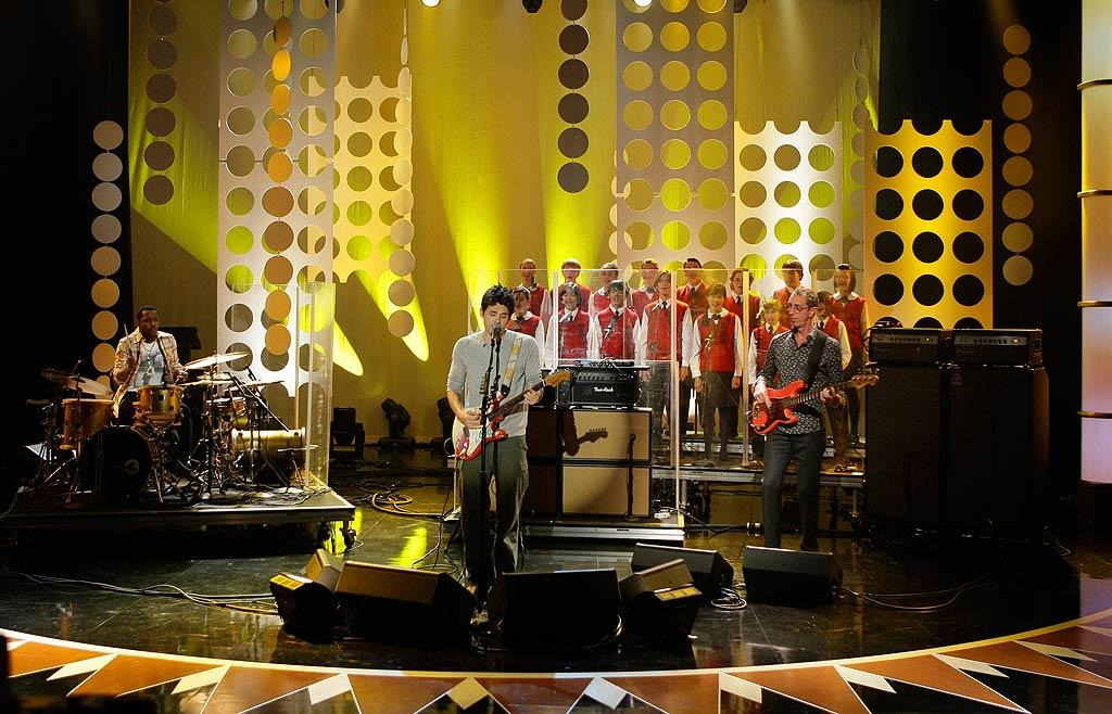 """The John Mayer trio enlisted the help of a children's choir for their bluesy cover of the Mamas & the Papas' """"California Dreamin'."""" Paul Drinkwater/NBC - June 4, 2009"""