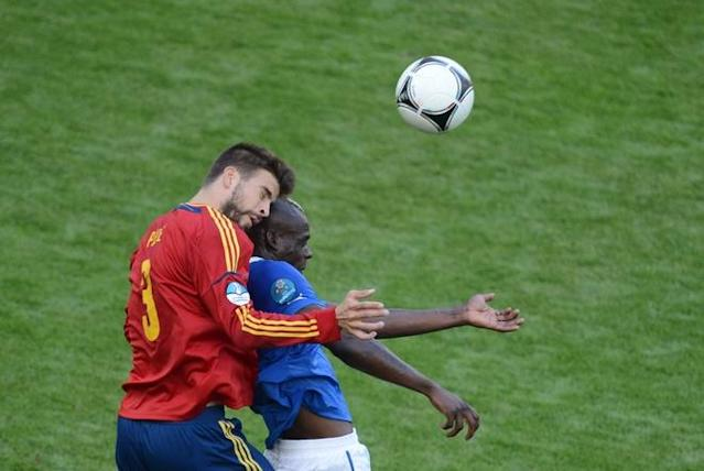 TOPSHOTS Spanish defender Gerard Pique (L) vies with Spanish forward Fernando Torres during the Euro 2012 championships football match Spain vs Italy on June 10, 2012 at the Gdansk Arena. AFPPHOTO/ PATRIK STOLLARZPATRIK STOLLARZ/AFP/GettyImages