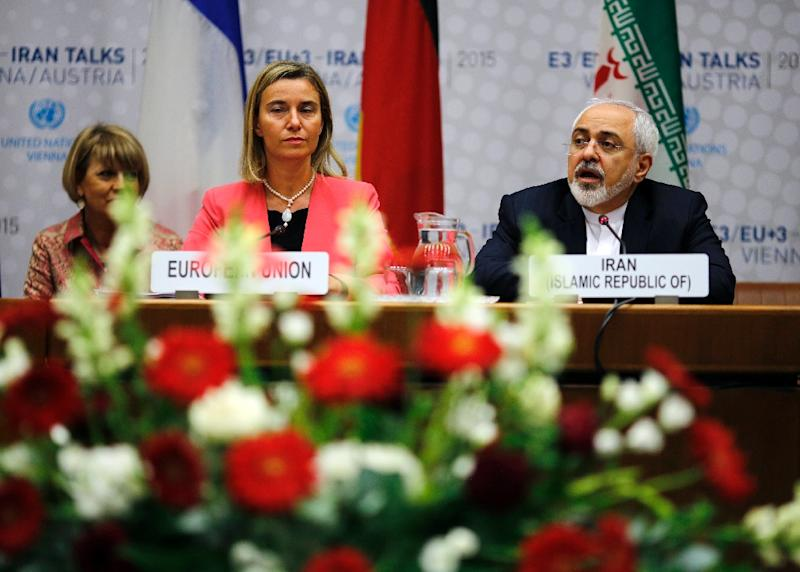 European Union foreign policy chief Federica Mogherini and Iranian Foreign Minister Mohammad Javad Zarif attend talks at the United Nations building in Vienna, on July 14, 2015 (AFP Photo/Carlos Barria)