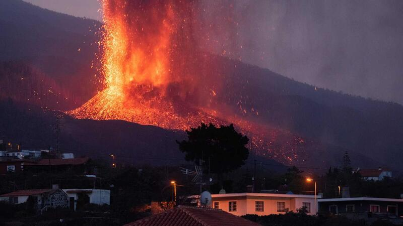 Volcano blows up new fissure on Spanish island