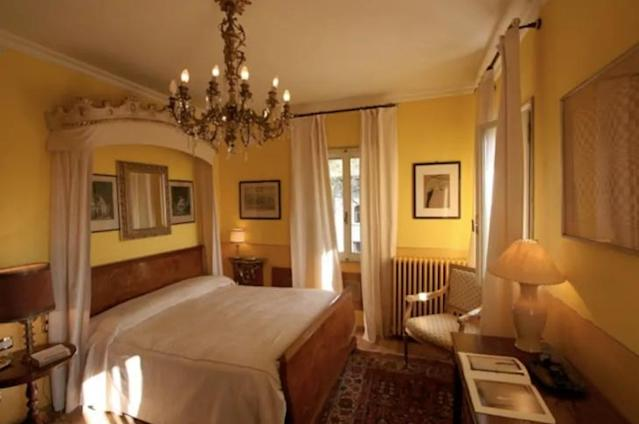 <p>The apartment has two bedrooms, both with double beds. </p>