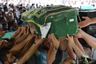 Mourners carry a coffin during a funeral for victims of an attack on a wedding party that left 50 dead in Gaziantep, southeastern Turkey, on August 21, 2016 (AFP Photo/Ilyas Akengin)