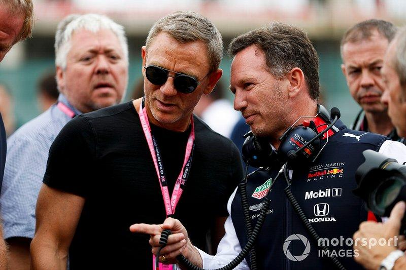 """Daniel Craig, actor y Christian Horner, director de equipo, Red Bull Racing on the grid <span class=""""copyright"""">Zak Mauger / Motorsport Images</span>"""