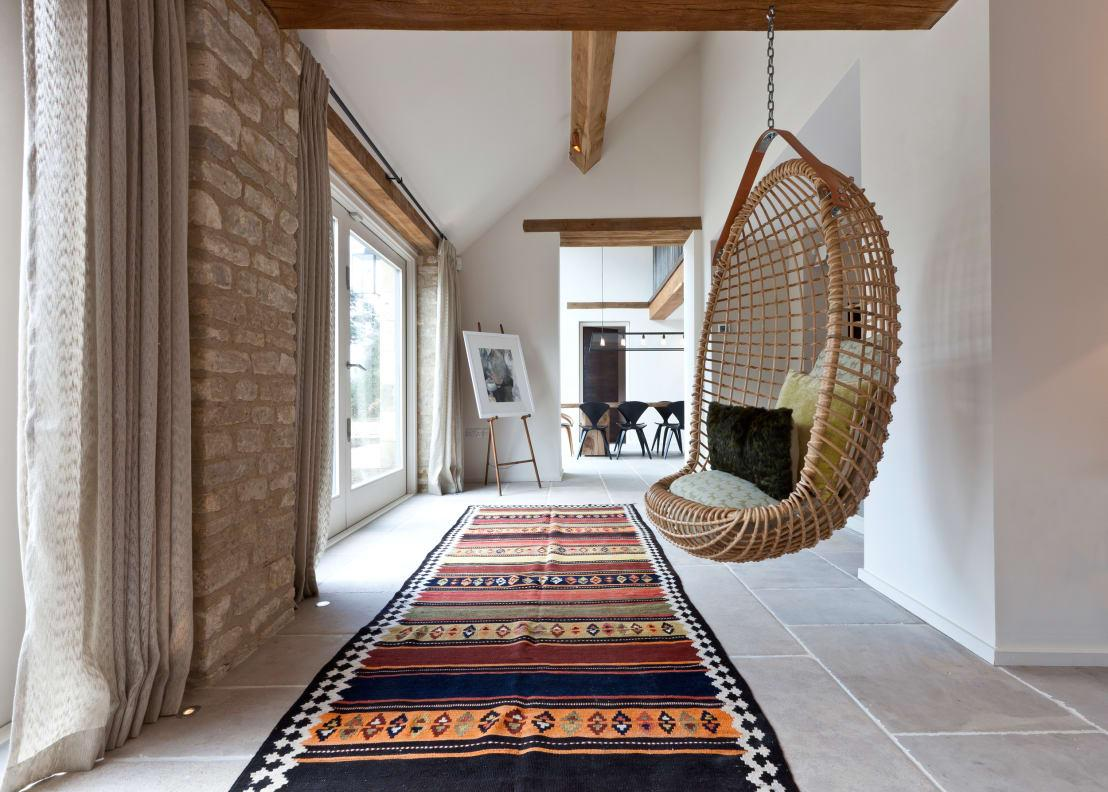 <p>Cottage homes necessarily feature beautiful and warm rugs that feel soft underfoot and not just because the floors are usually cold due to being made from stone or natural wood. More modern cottage homes tend to feature eye-catching and bold luxurious rug fabrics that are deep-pile.</p>  Credits: homify / Clifton Interiors