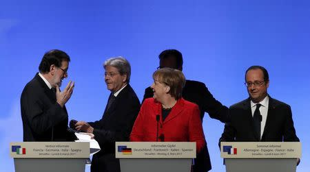 French President Francois Hollande, German Chancellor Angela Merkel, Spain's Prime Minister Mariano Rajoy (L) and Italian Prime Minister Paolo Gentiloni (2ndL) attend a joint news conference during a Franco-German-Italian-Spanish summit ahead of upcoming EU Summit, in Versailles, near Paris, France, March 6, 2017.  REUTERS/Philippe Wojazer