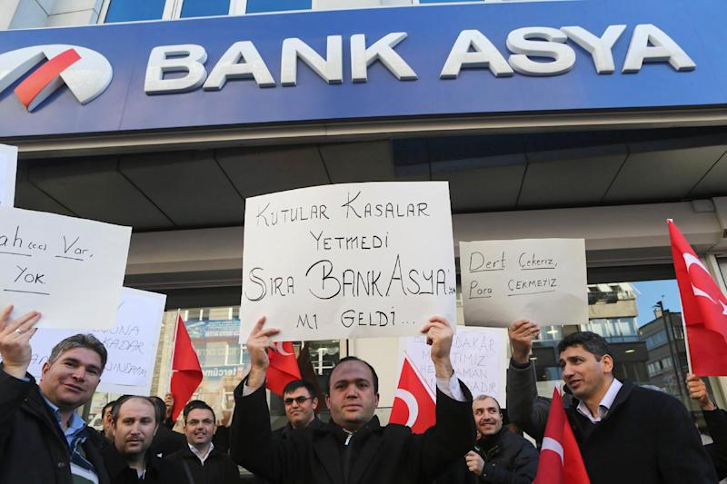 People stage a protest against the seizure of Bank Asya in downtown Ankara on February 4, 2015 (AFP Photo/Adem Altan)