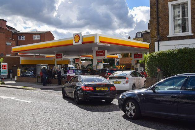 Cars queuing outside a Shell station in Camden (Photo: SOPA Images via Getty Images)