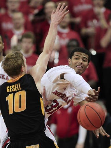 Huskers rally from 16 down to beat Hawkeyes 64-60