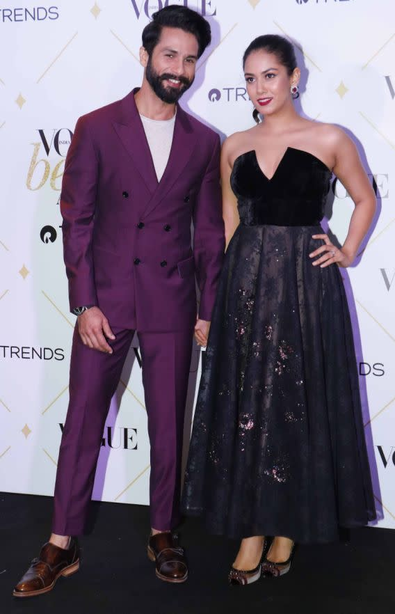 <p>Shahid Kapoor's bold and unconventional choice reflects not only in the movies he does but also his clothes. Very few celebrities could have carried a suit of this colour and Shahid does it so well! T-shirt instead of a shirt makes him look 10 times cooler. </p>